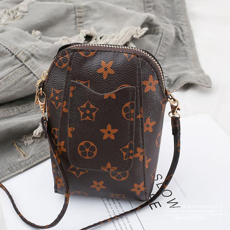 Túi đeo chéo nâu họa tiết mini tiện lợi 3