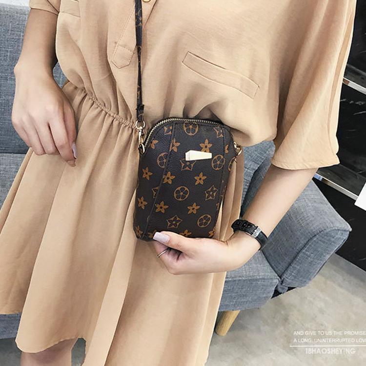 Túi đeo chéo nâu họa tiết mini tiện lợi 5